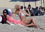 http://img21.imagevenue.com/loc416/th_41268_ParisHilton_Beach22_123_416lo.jpg